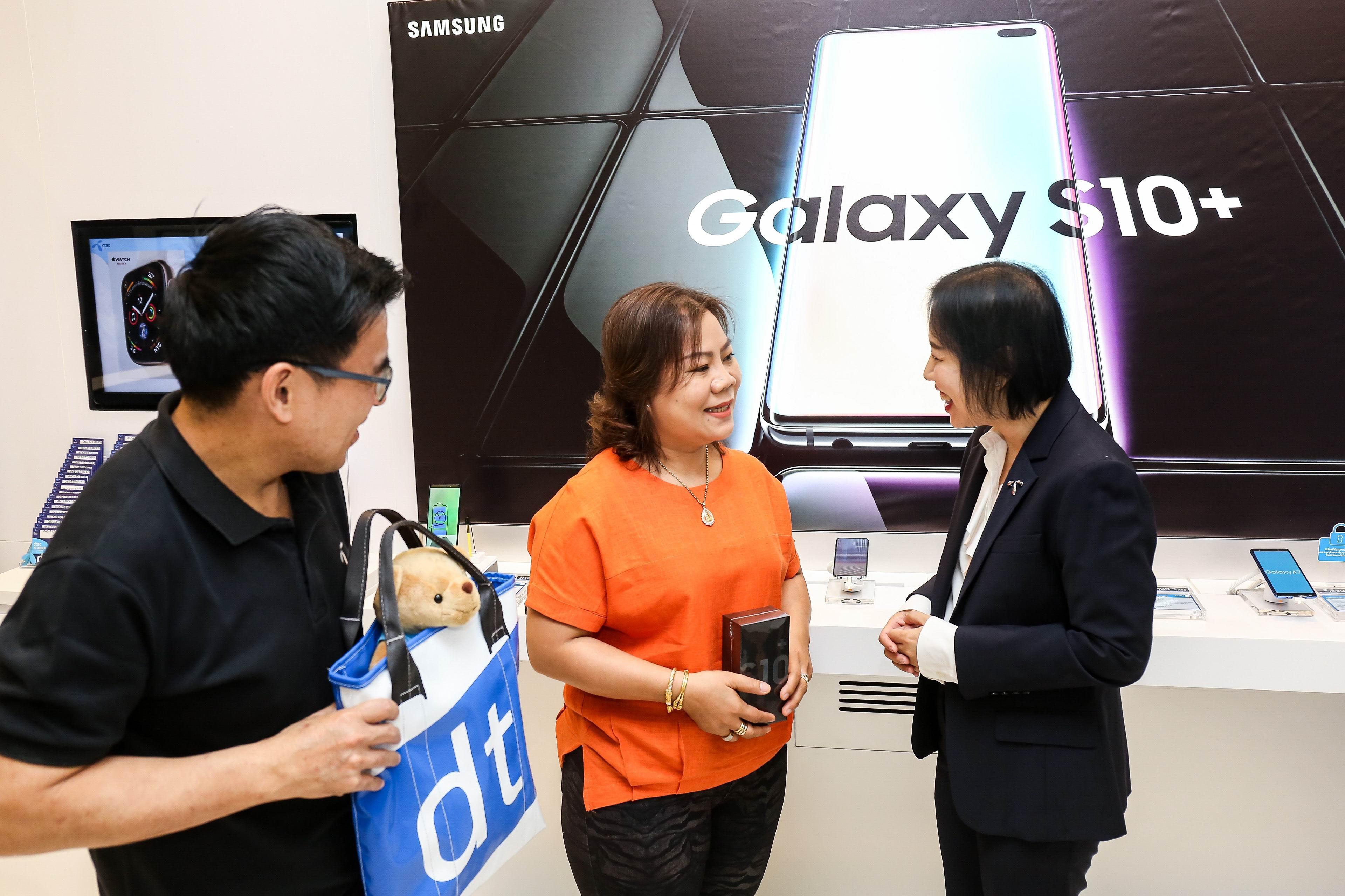 ลูกค้าดีแทค บลูเมมเบอร์ คนพิเศษรับซัมซุง Galaxy S10/S10+  กลุ่มแรกก่อนใครในไทย เปิดประสบการณ์สุดยอดสมาร์ทโฟนระดับพรีเมี่ยม