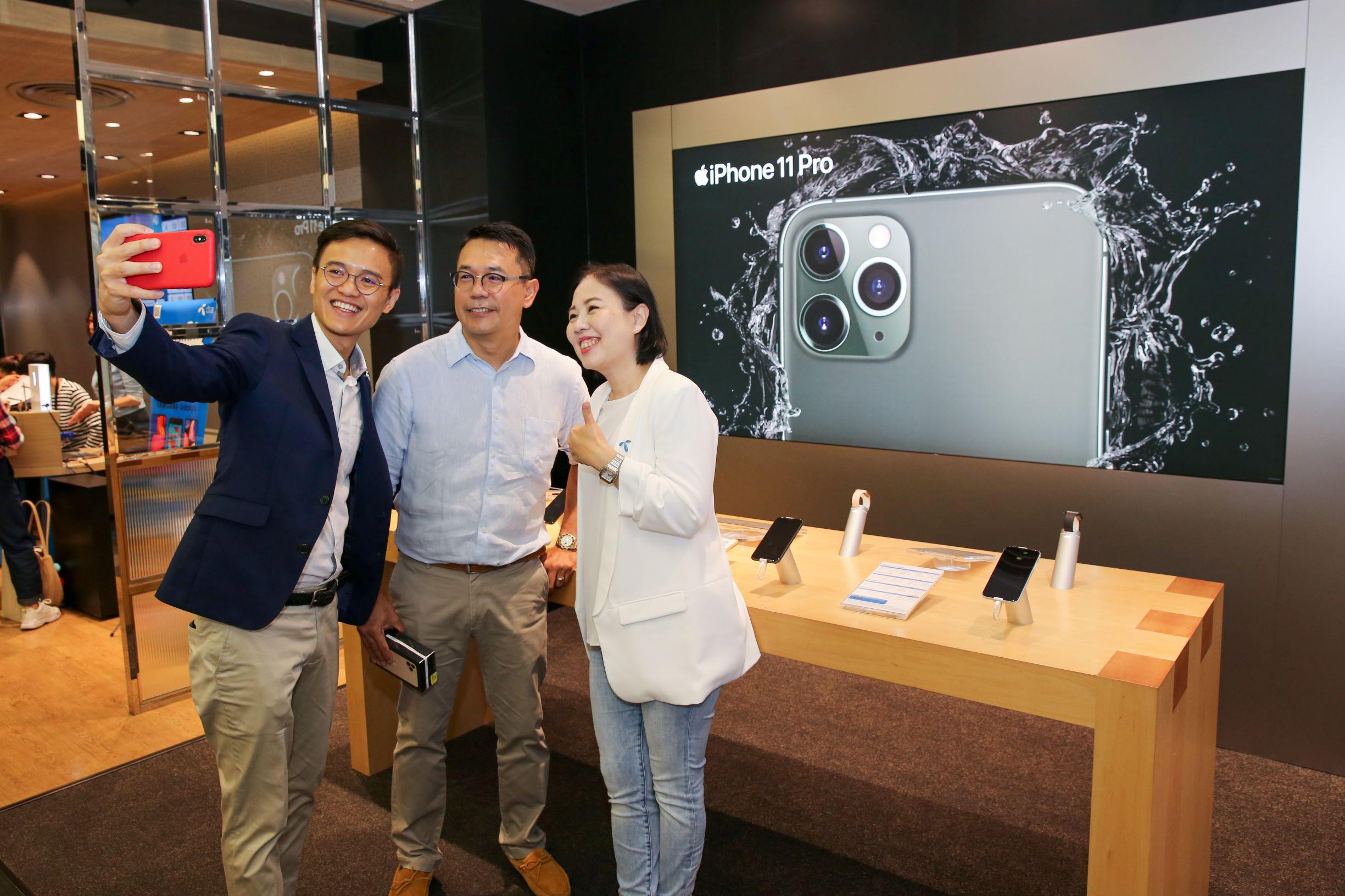 ดีแทคส่งมอบ iPhone 11 Pro และ iPhone 11 Pro Max ซึ่งเป็น iPhone ตระกูลใหม่ในระดับโปร พร้อมกับ iPhone 11 ให้ลูกค้ากลุ่มแรกในไทยเปิดประสบการณ์การใช้งานกล้องระดับโปรของปี 2019